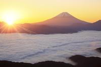 山梨県 櫛形山林道より望む富士山と雲海と朝日