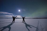 フィンランド オーロラと月光とカップル
