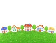 芝生の丘の5棟の家