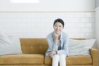 ソファーに座る20代日本人女性