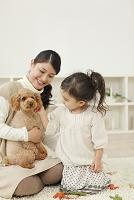 お母さんと女の子とトイプードル