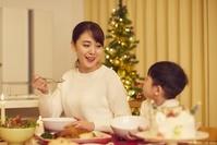 クリスマスを祝う日本人親子