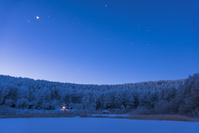 長野県 窓灯りと霧氷の林と星空