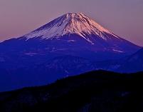 山梨県 山並みと夕焼け富士山