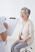診察を受けるシニア女性
