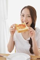 ジャムのトーストを食べる若い日本人女性