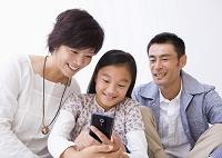 スマートフォンを使う日本人親子