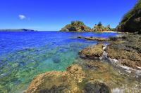 東京都 小笠原諸島 母島 蓬莱根海岸の青い海と向島
