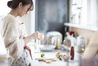 キッチンに立つ日本人女性