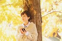 メールを打つ日本人女性