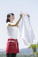 白いシャツを持つ日本人女性