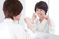 歯を磨く中高年女性