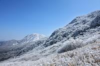 大分県 九重町 牧の戸峠より三俣山 冬