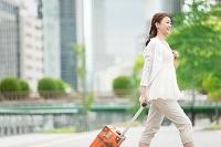 旅行かばんを持つ日本人女性
