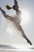 浜辺で踊るバレリーナ