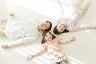 寝転ぶ笑顔の日本人家族