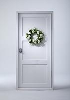 白いドアと白いバラの花のリース