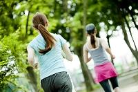 ジョギングをする日本人女性の後ろ姿