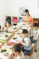 小学校の給食の時間
