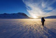 スウェーデン 雪原を歩くハイカー