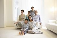 リビングの三世代日本人家族