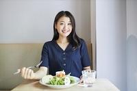 飲食店でランチを食べる日本人女性