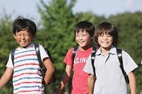 校庭を歩く小学生達