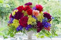 赤と黄色の花瓶の花と庭
