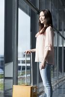 飛行場を眺める日本人女性