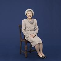 イスに座るシニア日本人女性
