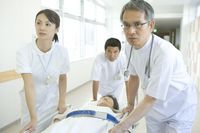 患者を運ぶ医師と看護師
