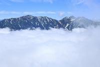 長野県 北アルプス爺ヶ岳中腹から見る山並みと青空