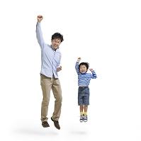 ガッツポーズをしてジャンプする日本人親子