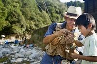 釣りする日本人親子