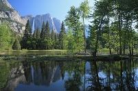 アメリカ合衆国 ヨセミテ滝とマーセド川