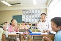 授業をうける日本人の小学生