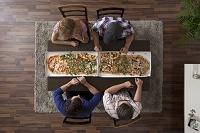 ピザを食べる人々
