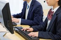 パソコンを操作する学生手元