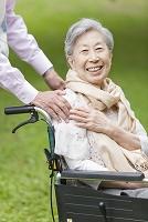 車いすに乗ったシニア日本人女性