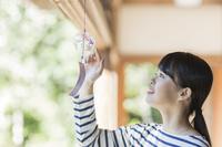 風鈴を触る日本人女性