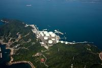 波方ターミナル物流基地のタンク群と瀬戸内海
