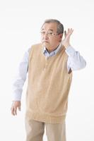耳が聞こえにくいシニアの日本人男性