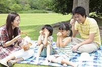 草原でピクニックをする家族