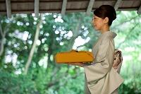 風呂敷包みを持つ着物の日本人女性