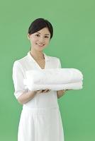 タオルを持つエステティシャンの女性