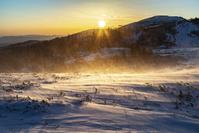 長野県 冬の美ヶ原 武石峰の朝焼けと雪煙