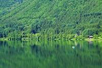 長野県 木崎湖 新緑の湖と湖面に浮かぶボート
