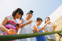 流しそうめんを楽しむ日本人親子