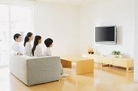 テレビ鑑賞をする家族
