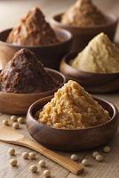 様々な味噌と大豆(調味料)